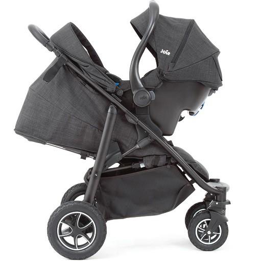 Babyschale auf einem Sportsitz eines Kinderwagens 3 in 1
