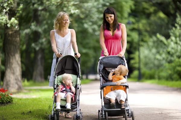 Vierrad Kinderwagen sind stabil, kompakt und leicht
